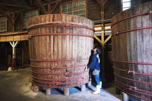 桝塚味噌の木桶と4代目